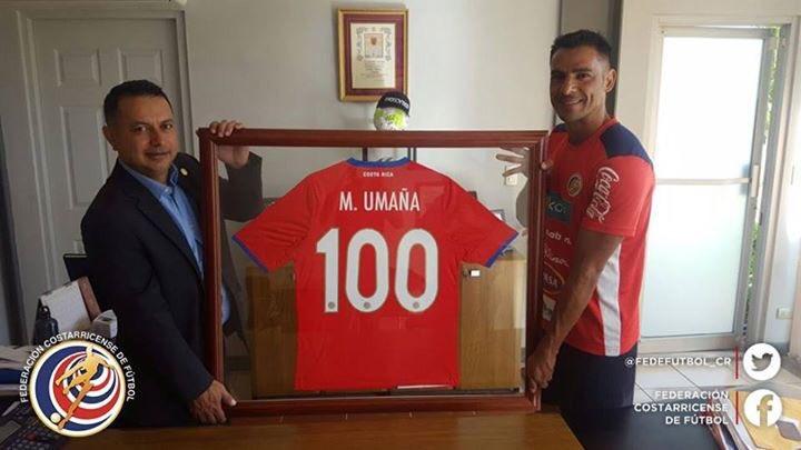 La Federación Costarricense de Futbol reconoció este miércoles la trayectoria del defensa Michael Umaña. (Foto Prensa Libre: TWitter).