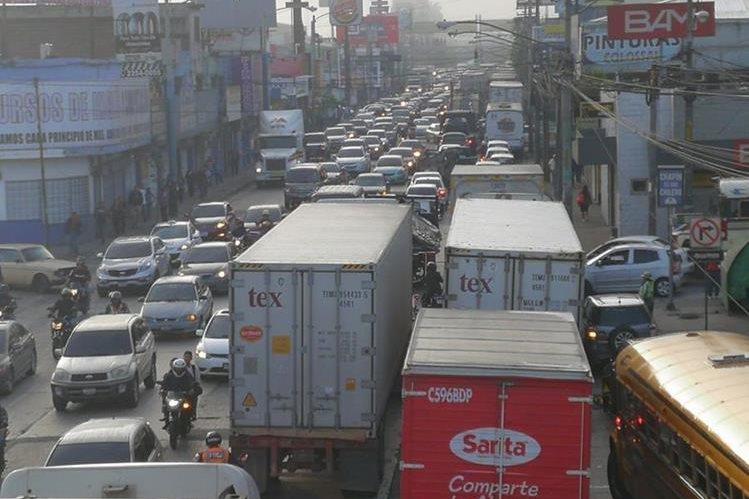 Decenas de tráileres permanecen en la calle Martí, debido al accidente en la ruta al Atlántico que afecta el tránsito desde el martes último. (Foto Prensa Libre: Estuardo Paredes)