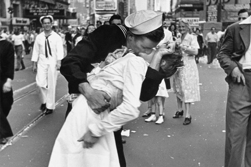 Enterneció al mundo, la foto del beso que un marino da a una enfermera con quien se reencuentra en Times Square, Nueva York en 1945 recién finalizada la Segunda Guerra Mundial. El fotógrafo quien capturó este momento fue Alfred Eisenstaedt. (Foto: 24horas.cl).
