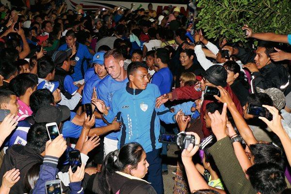 Gerson Tinoco, Sandro Zamboni y Ángel Medina fueron recibidos por los aficionados verapacenses. (Foto Prensa Libre: Eduardo Sam Chun)