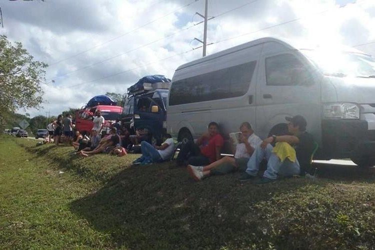 Turistas quedan atrapados por bloqueo de ganaderos en La Libertad, Petén. (Foto Prensa Libre: Rigoberto Escobar)