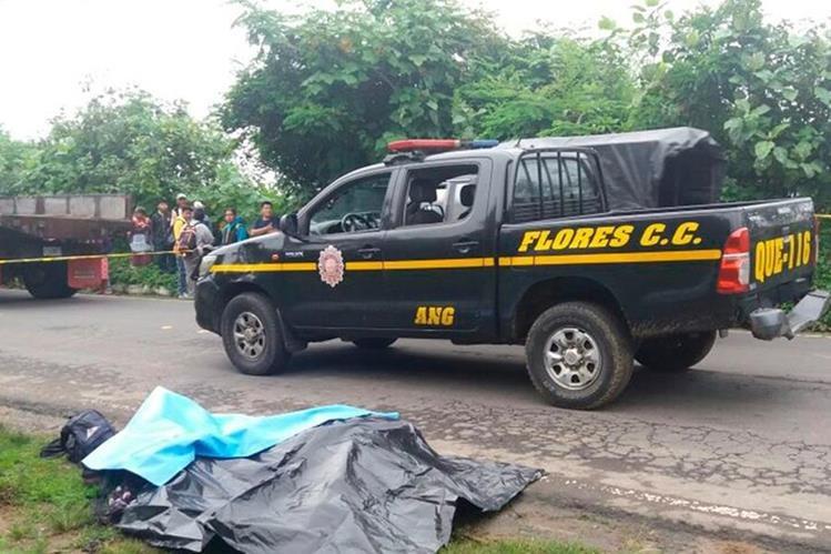 Los cadáveres fueron hallados a unos cinco metros del microbús. (Foto Prensa Libre: Cortesía)