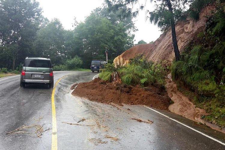 Derrumbe perjudica el paso de vehículos en el km 135.1 de la ruta entre Los Encuentros, Sololá, y Chichicastenango. (Foto Prensa Libre: Óscar Figueroa)