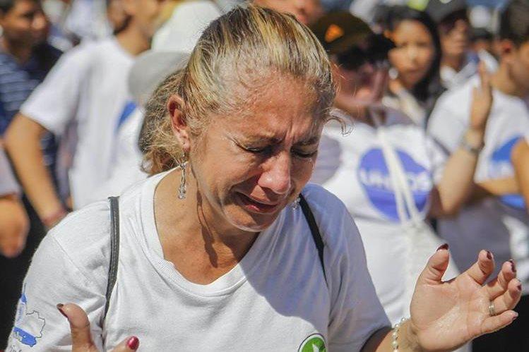 Una mujer llora durante una marcha en contra de la violencia, efectuada en El Salvador en noviembre último. (Foto Prensa Libre: EFE).