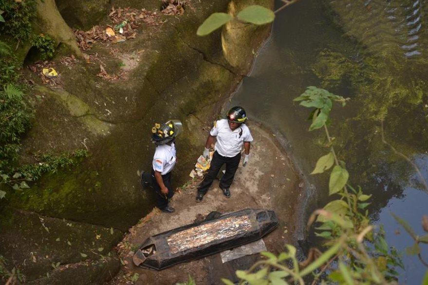 Cadáver de mujer que se suicidó en Mixco es rescatado por Bomberos Voluntarios. (Foto Prensa Libre: Bomberos Voluntarios)