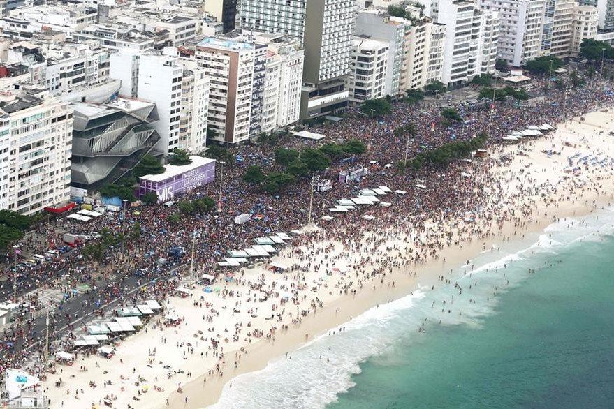 Vista aérea de Copacabana, Río de Janeiro, que luce abarrotada por los tradicionales desfiles de carnaval. (Foto Prensa Libre: AFP).