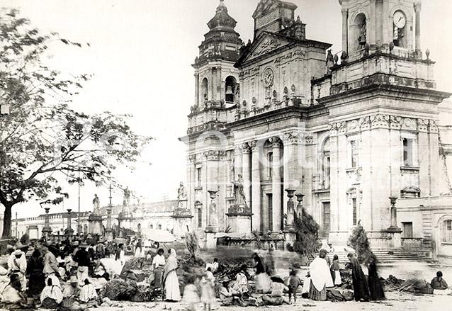 Fotografía anterior a los terremotos de 1917-18, ya que las estatuas de los evangelistas se aprecian en el atrio de Catedral. En la Plaza Mayor se ubicaban las ventas de árbolitos para la época navideña. (Foto: Hemeroteca PL)