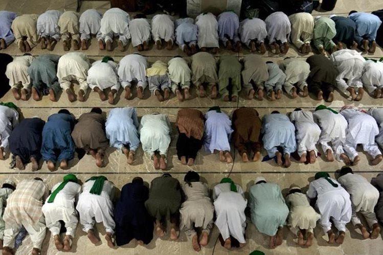 Paquistaníes ofrecen una oración por el comienzo del Ramadán, en una mezquita de Karachi. (Foto Prensa Libre: AP).