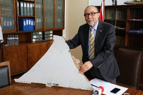 Joao de Abreu sostiene una pieza que se cree sea restos de MH370.