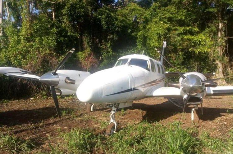 La avioneta fue localizada en una pista clandestina en la comunidad Las Ruinas, en La Libertad, Petén. (Foto Prensa Libre: PNC)