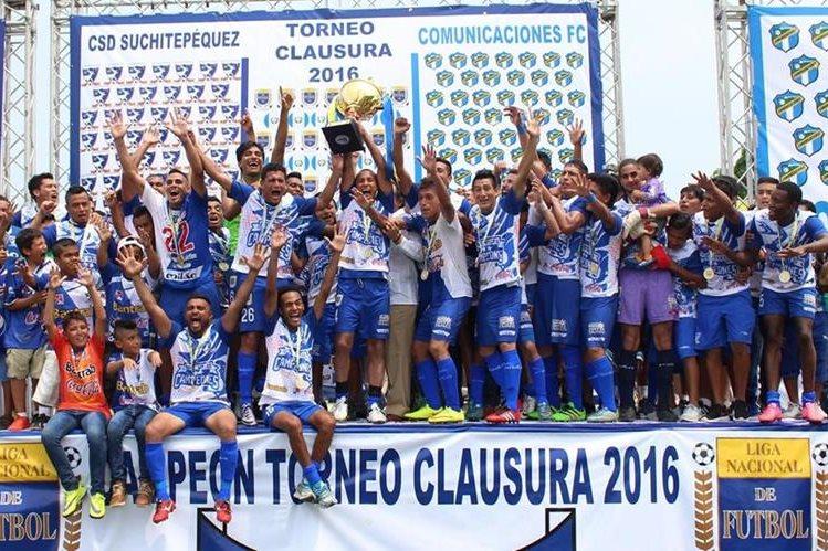 Suchitepéquez levanta la copa al coronarse campeón del Torneo Clausura 2016 (Foto Prensa Libre: Eduardo González)