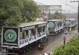 Los féretros llegaron este sábado a Brasil. (Foto Prensa Libre: AP)