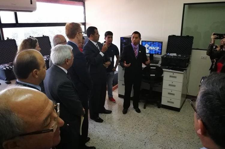 Fredy Sánchez, ingeniero en sistemas del laboratorio, explica a los asistentes cómo funcina el equipo (Foto Prensa Libre: Erick Ávila).