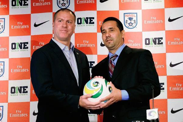 Giovanni Savarese, técnico del Cosmos y el seleccionador de Cuba Walter Benitez presentaron en Nueva York el partido amistoso entre ambos equiopos. (Foto Prensa Libre: AFP)