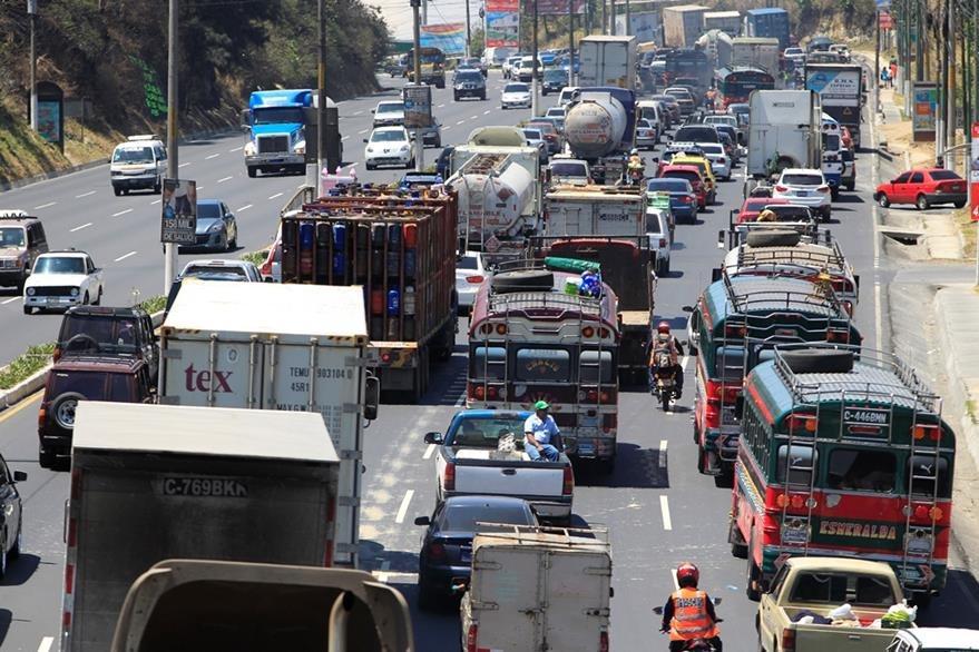 El denso tránsito afecta a los guatemaltecos todos los días. (Foto Prensa Libre: Hemeroteca PL)