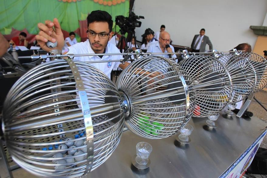 Tómbolas ayudaron a la Loterí'a Santa Lucia para sortear los premios. (Foto Prensa Libre: Esbin García)