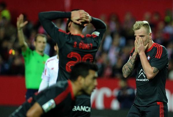 Los jugadores del Celta de Vigo lamentan la derrota por goleada contra el Sevilla. (Foto Prensa Libre: AFP)