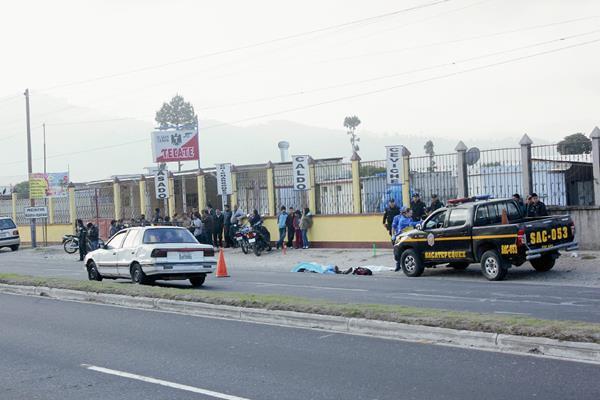 Miguel Arturo  Ardón López murió por politraumatismo, en el km 47.5 de la ruta Interamericana. Sumpango, Sacatepéquez. (Foto Prensa Libre: Renato Melgar)