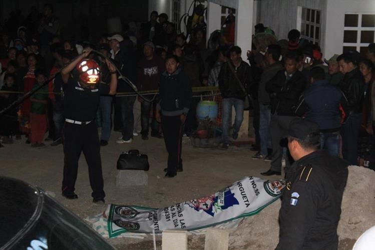 Cadáver de Justo Emilio Joj Noj, de 50 años, es resguardado por agentes de la PNC en Santa Lucía Utatlán, Sololá. (Foto Prensa Libre: Ángel Julajuj)