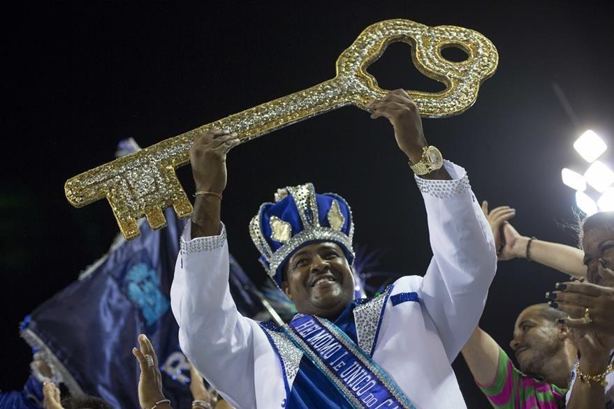 El Rey Momo de Carnaval, Fabio Damião dos Santos Antunes, sostiene la llave de la ciudad en una ceremonia que marca el inicio oficial del Carnaval en Río de Janeiro. (Foto Prensa Libre: AP).
