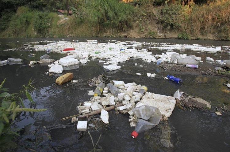 El río Villalobos, que desemboca en el Lago de Amatitlán, contiene cargas altas de metales pesados, que al consumirlos dañan la salud. (Foto Prensa Libre: Carlos Hernández Ovalle)