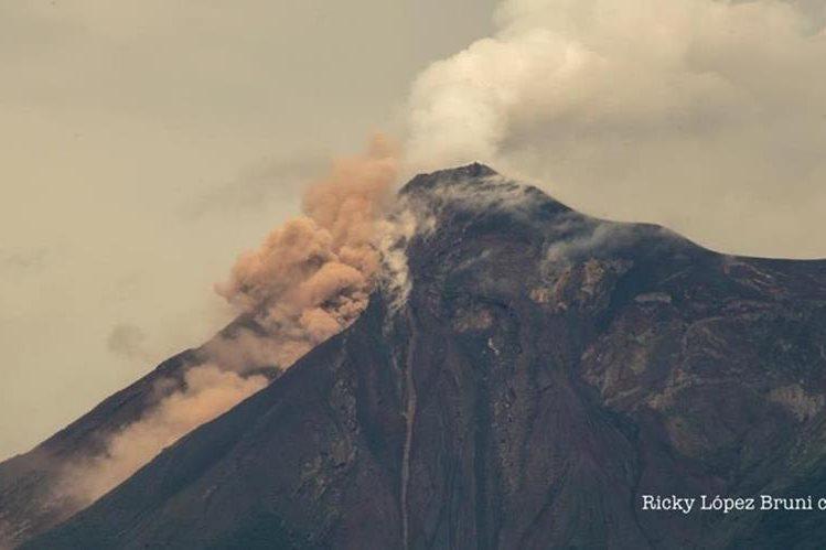 El material volcánico que se desprendió este viernes obligó a evacuar la zona de impacto. (Foto Prensa Libre: Cortesía Ricky López Bruni)
