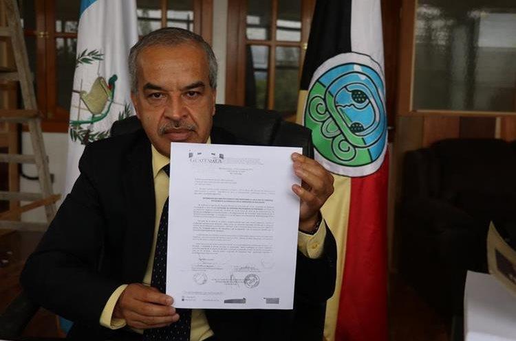 Aníbal Martínez, director departamental de educación, muestra circular enviada a colegios para prevenir carreras son autorizadas. (Foto Prensa Libre)