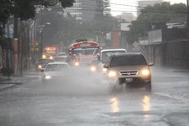 El tráfico es una consecuencia de la lluvia. (Foto Prensa Libre: Hemeroteca PL)