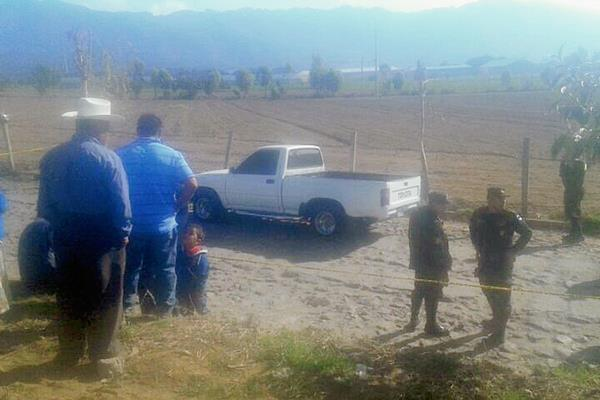 Policías y curiosos en el lugar del hallazgo, en la aldea Justo Rufino Barrios, Olintepeque, Quetzaltenango. (Foto Prensa Libre: Carlos Ventura)