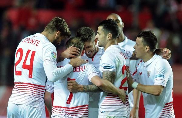 Michael Krohn-Dehli es felicitado por sus compañeros tras marcar el cuarto gol del Sevilla. (Foto Prensa Libre: AFP)