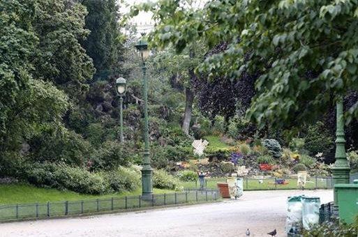Parque Monceau, en París, Francia, donde un rayo lesionó a niños y adultos. (Foto Prensa Libre: AFP)