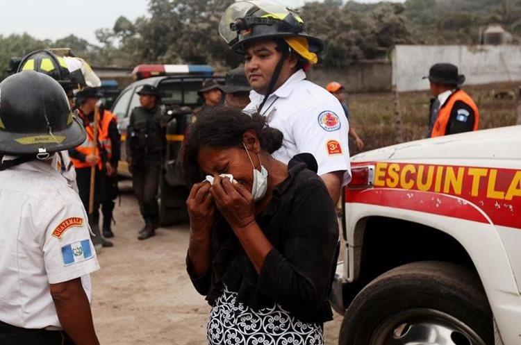 Eufemia García llora al enterarse que perdió a toda su familia tras la erupción del Volcán de Fuego, en el caserío San Miguel Los Lotes, Escuintla. (Foto Prensa Libre: AFP)