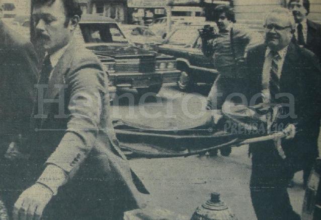 El cadáver de Lennon es llevado cubierto a la funeraria. (Foto: Hemeroteca PL)