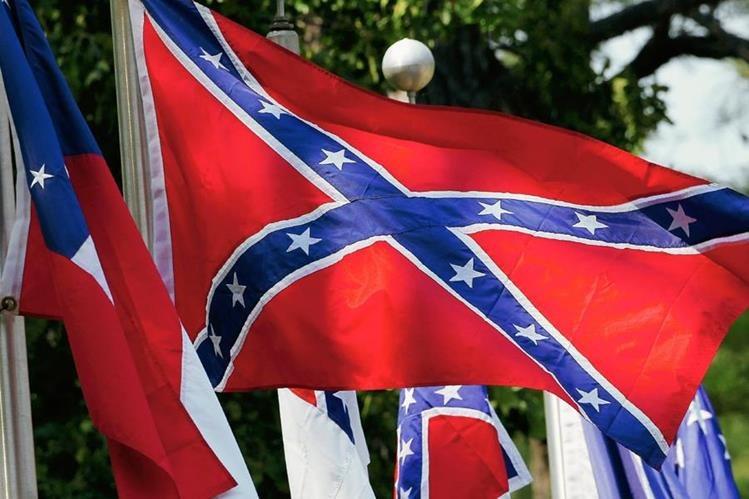 La bandera confederada fue el símbolo de los estados sureños en la década de 1860. En esos 13 estados se permitía la esclavitud. (Foto Prensa Li bre: AP).