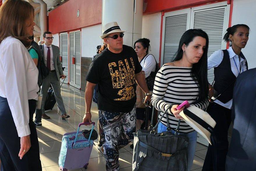 Pasajeros descienden del avión e ingresan a las oficinas migratorias de La Habana tras arribar del vuelo procedentes de EE. UU. (Foto Prensa Libre: AFP).