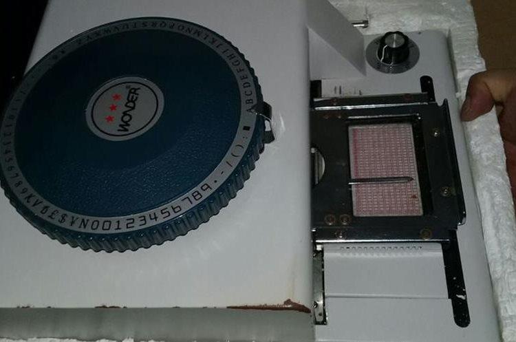 Equipo utilizado por clonadores de tarjetas de crédito consistía en software y varias máquinas.