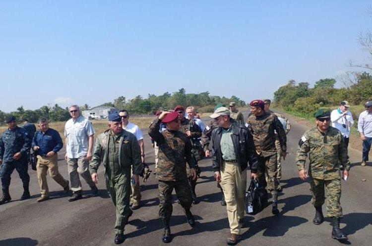 Sergio de la Peña, secretario adjunto de la Defensa de EE.UU. es acompañado por autoridades de Guatemala. (Foto Prensa Libre: Twitter @Min_Def_GT)
