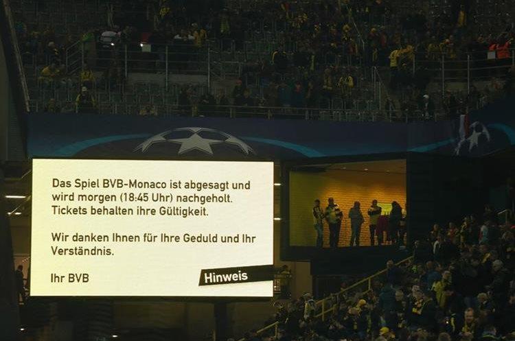 En la pizarra del estadio se informó que el juego fue pospuesto. (Foto Prensa Libre: AFP)