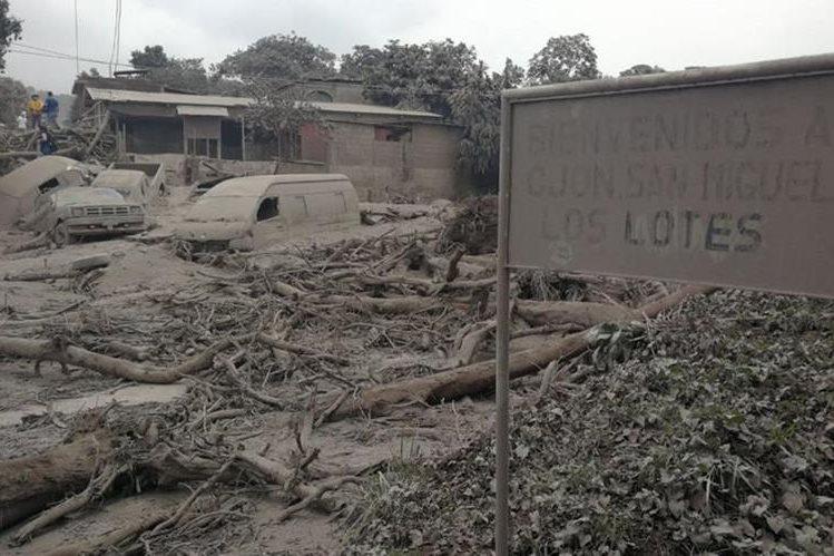 La aldea San Miguel Los Lotes quedó devastada, junto a otros tres sitio, debido al nivel de destrucción no se puede recuperar servicio de energía eléctrica. (Foto, Prensa Libre: Érick Ávila)
