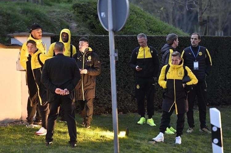 El entrenador Thomas Tuchel y algunos jugadores del Dortmund luego de las explosiones. (Foto Prensa Libre: AP)