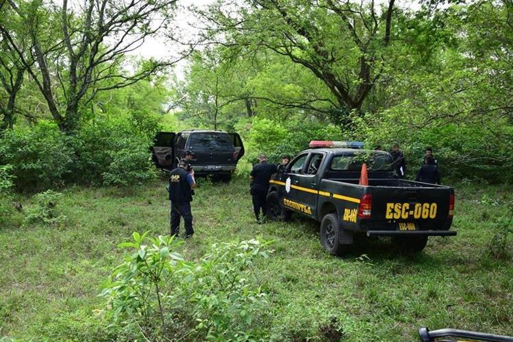En uno de los vehículos abandonados fue localizado el cadáver de un hombre.(Foto Prensa Libre: Enrique Paredes)