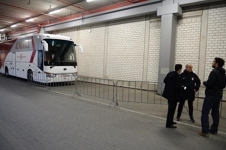 El autobús del AS Monaco llegó sin problemas al estadio. (Foto Prensa Libre: AFP)