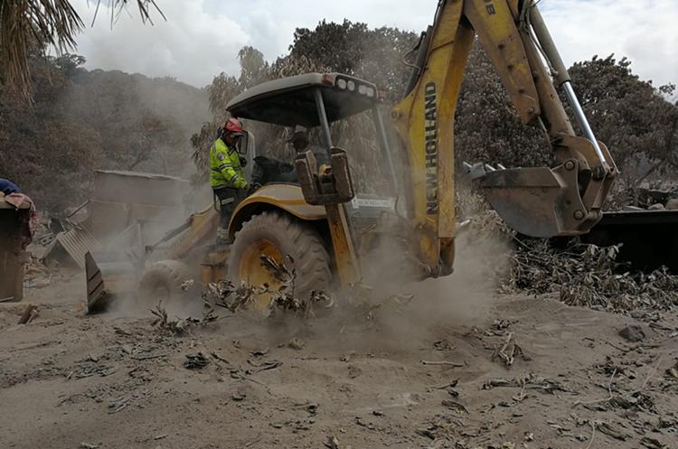Maquinaria remueve escombros en busca de cadáveres. (Foto Prensa Libre: Álvaro González)
