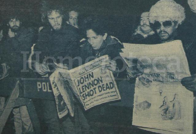 La gente no daba crédito a los titulares de los periódicos, informando de la muerte repentina del ex beatle John Lennon, el 9 de diciembre de 1980. (Foto: Hemeroteca PL)