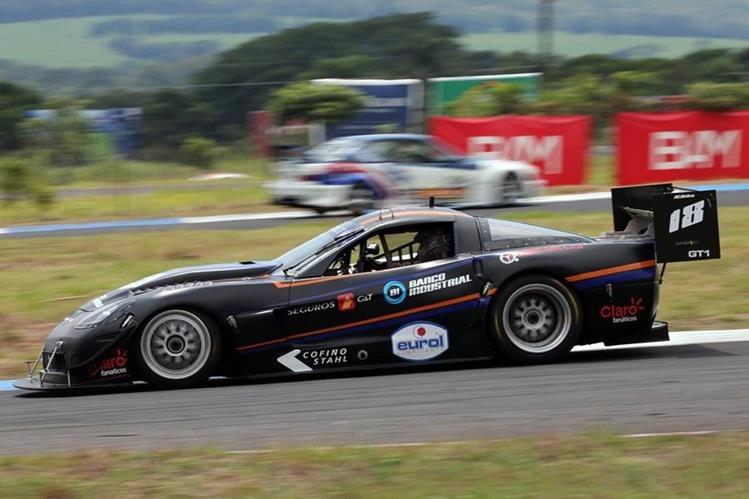 En su poderoso Corvette C6, Lush Saravia conquistó la segunda fecha de la GT1. (Foto Prensa Libre: Cortesía Gabriel López).