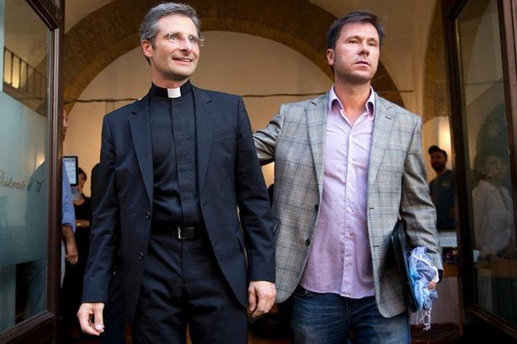 El cura polaco Krzysztof Charamsa junto a su pareja sentimental, el día que reveló su homosexualidad.(Foto Prensa Libre:AP).